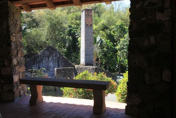 Ruines-de-la-sucrerie-vue-de-l-emplacement-du-moulin